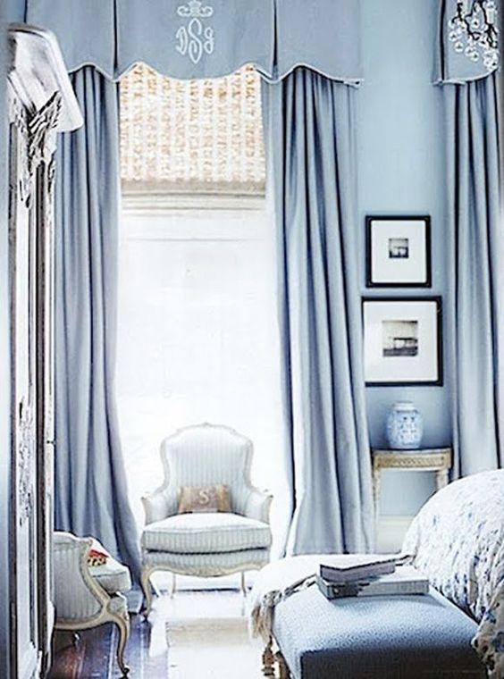 ผ้าม่านสีฟ้าพาสเทล เข้ากับผนังห้อง